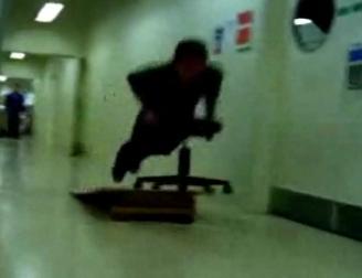 [vidéo] Jouer avec son fauteuil au boulot