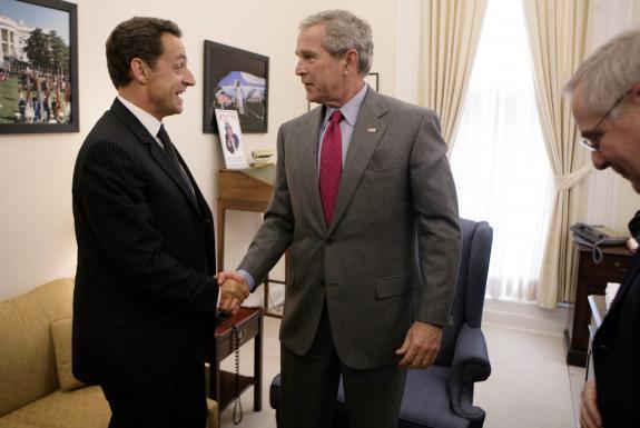 Bush mesure 1m82, Sarkozy 1m62. C'est flagrant, non?!