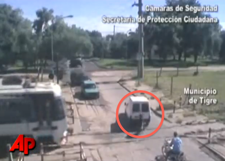 Il descend de moto pousser un van bloqué sur la voie
