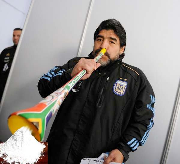 {Pic} Maradona vous montre comment utiliser un vuvuzela